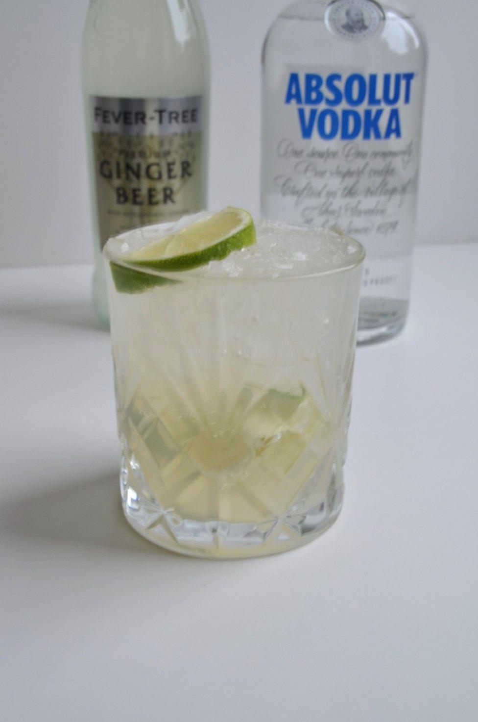Som lovet kommer her første indlæg i rækken på det nye fredagstiltag, med en opskrift på en lækker cocktail som nemt kan laves derhjemme. Vi starter simpelt ud