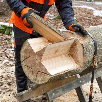 Kettensägenkunst: Ein Holzstern aus dem Baumstamm