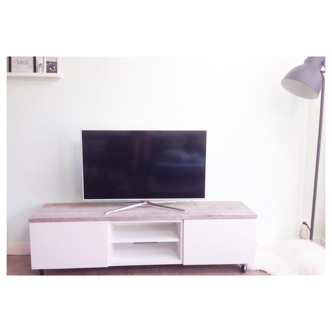 ikea hack besta tv meubel op wieltjes met steigerhout via ig echtvanhout steigerhout. Black Bedroom Furniture Sets. Home Design Ideas