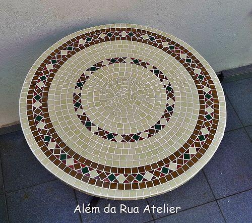 Mesas de mosaico e banquetas de ferro com assento em for Mesas de mosaico