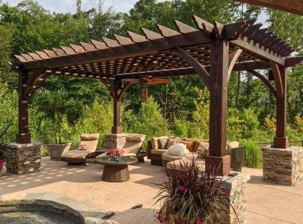 Elegant Pergola im Garten Steins ulen Konstrukt aus Holz schicke Sitzgarnitur Blumen
