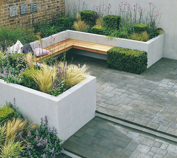 Raised planters and seating made from clockwork baratzak for Jardines pequenos esquineros
