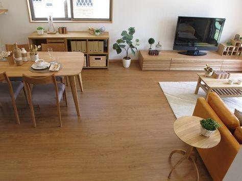 ナラ無垢材の家具でナチュラルコーディネート今回は最近の新築住宅で人気のあるブラックチェリー柄の床材に ドアや建具がナチュラルな色のリビングダイニング空間に家具をコーディネート 全体をナチュラルカラーで統一したことでまとまりのある空間となりました