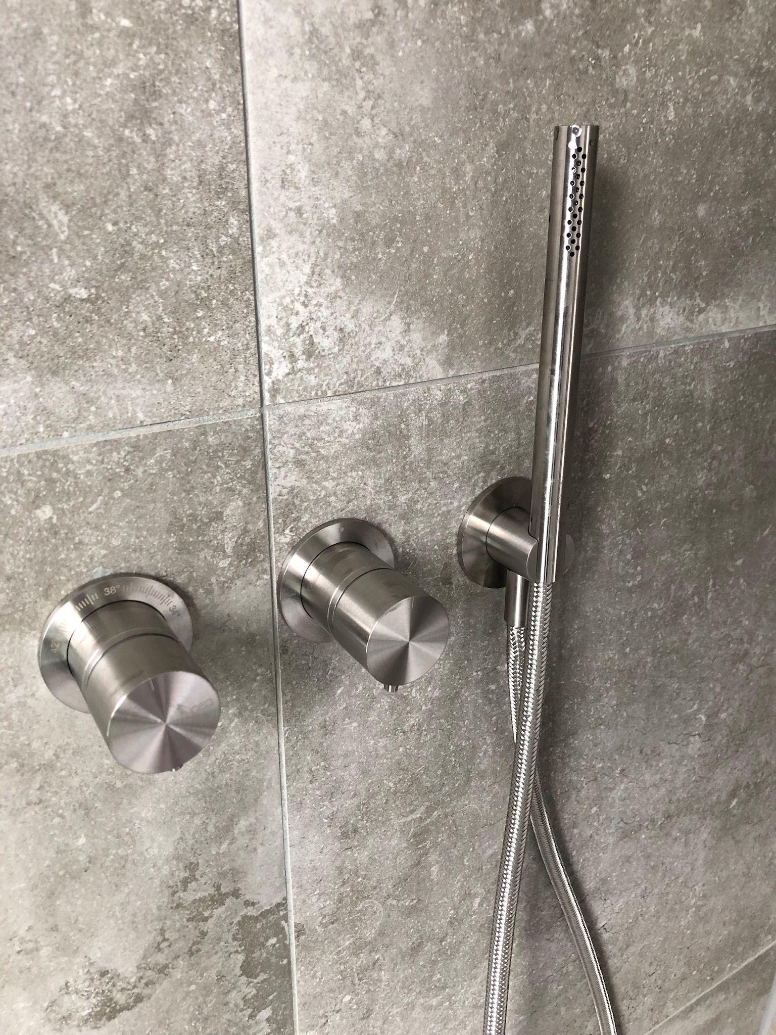 Duscharmatur Bestehend Aus Thermostat Handbrause Und Kopfbrause