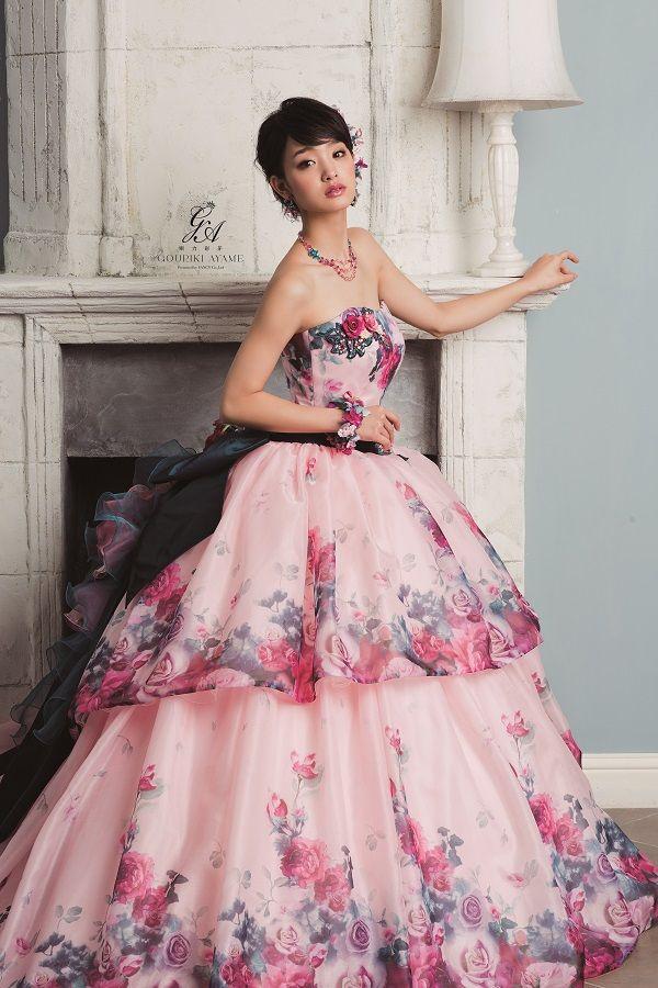 ブラックとピンクのドレスの剛力彩芽