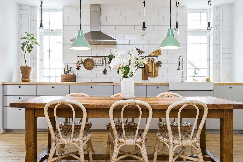 Mooi licht scandinavisch appartement met kakelugn veel hout en