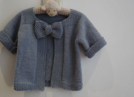 Le gilet noeud-noeud by Miss Grain de Sel - Free instructions in French, English and Italian. Instructions are for a 3-year-old.