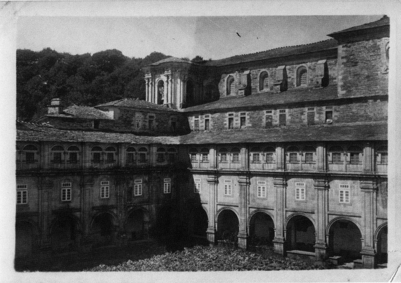 Claustro grande do mosteiro beneditino de San Xiao e Santa Basilisa. Samos, Lugo, ca. 1900. Xelatina de prata ao clorobromuro. 13 x 18 cm.