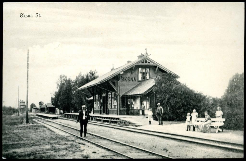 Hedmark fylke Østerdalen Rørosbanen ØKSNA STATION, med folk og stasjonsmester utg A.B