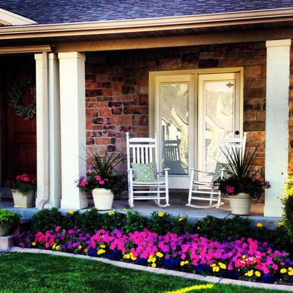 patio ideen vorgarten gestaltung petunie bunt rasen gartenmöbel