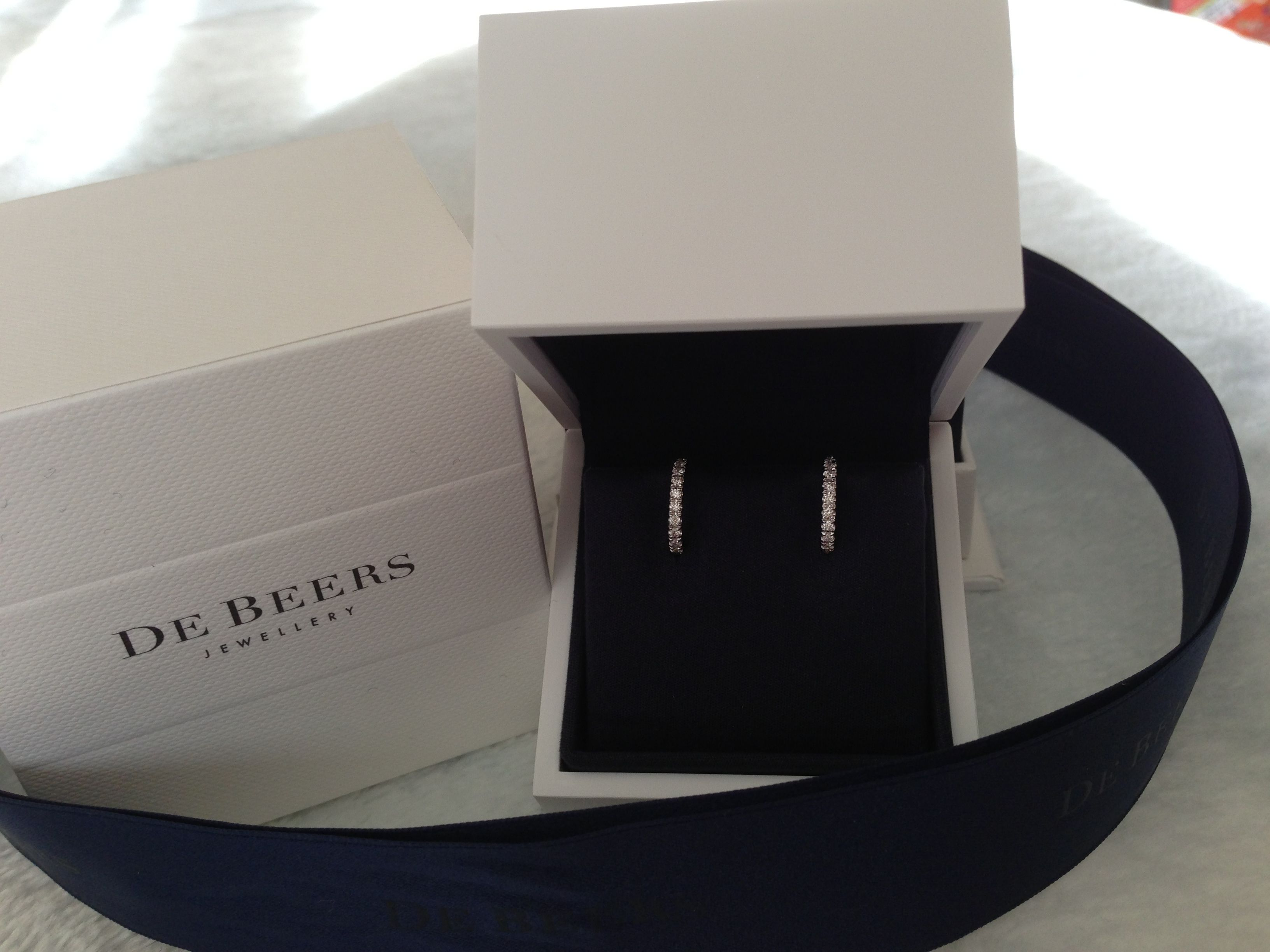 DE BEERS box opening moment! Earrings, White gold & Diamonds.