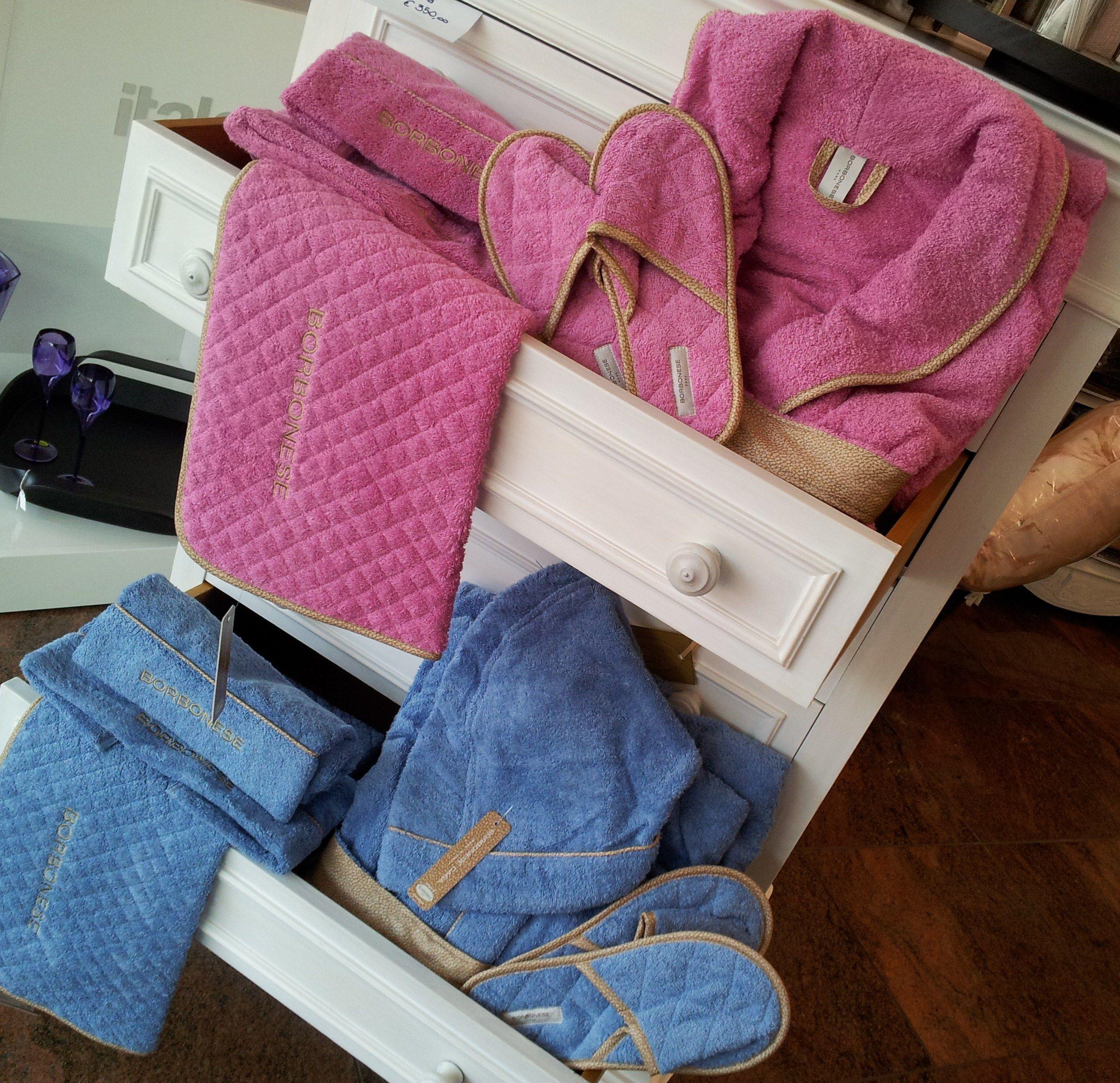 Accappatoio, asciugamani, tappeto bagno e ciabattine v