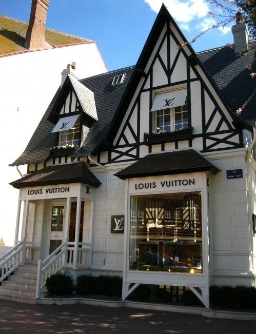 Tienda de louis vuitton, con la estructura de una casa de francia, colores blanco y negro dando sensacion de elegancia  Alejandro Estevez