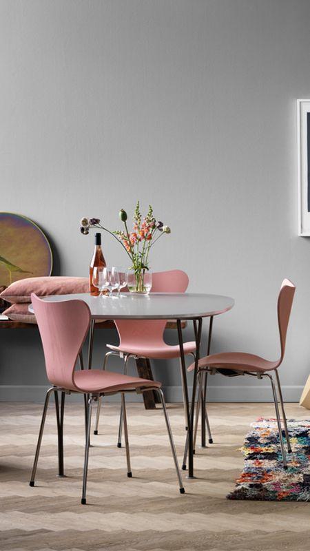 Hermoso comedor en colores rosa y gris Y con muebles clásicos