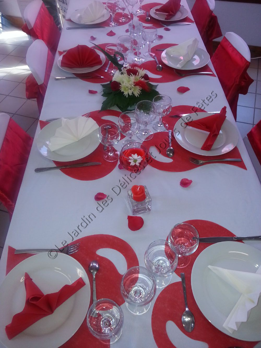 d coration table en rouge et blanc 60 ans de mariage en. Black Bedroom Furniture Sets. Home Design Ideas
