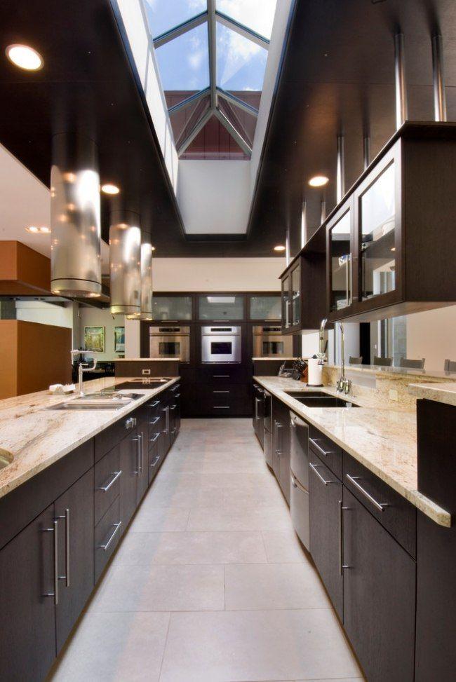 eine große moderne küche für mehrere köche einrichten und