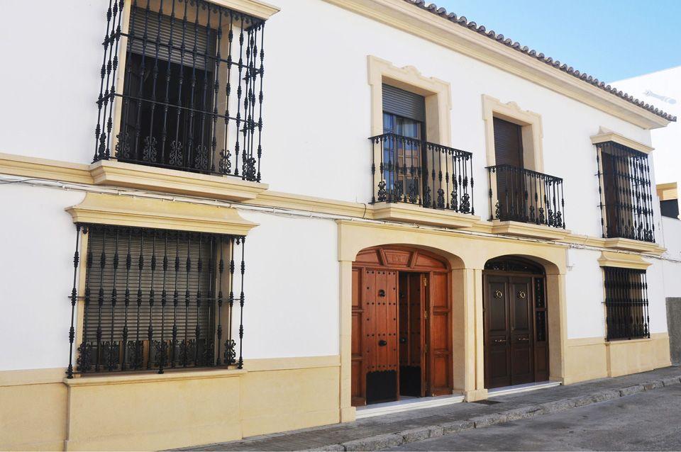 Recercados con molduras de piedra artificial para puertas for Fotos de fachadas de casas andaluzas