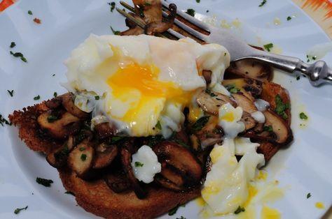 tostada con hongos y huevo poché