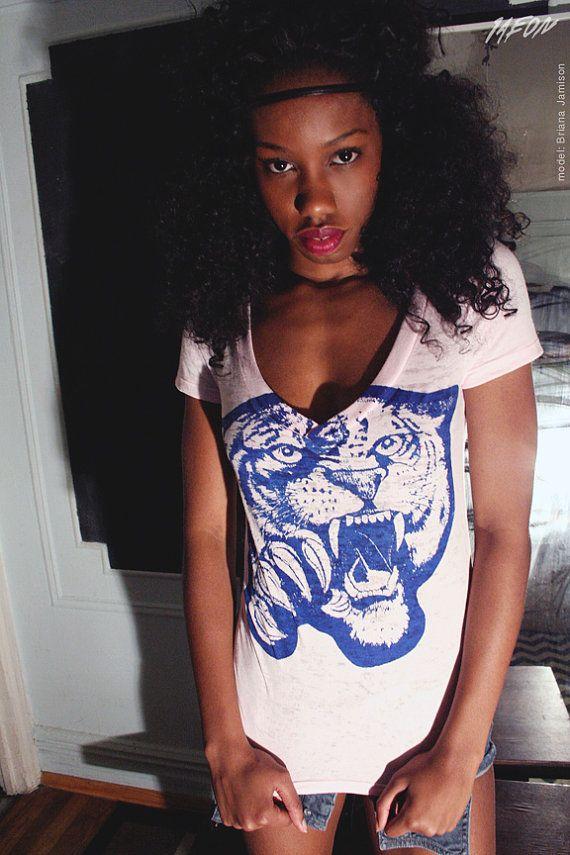 womens pink vneck, pink vneck, pink tiger tshirt, tiger vneck, light pink tshirt, tiger tshirt, t-shirt, 1aeon tiger tshirt, S