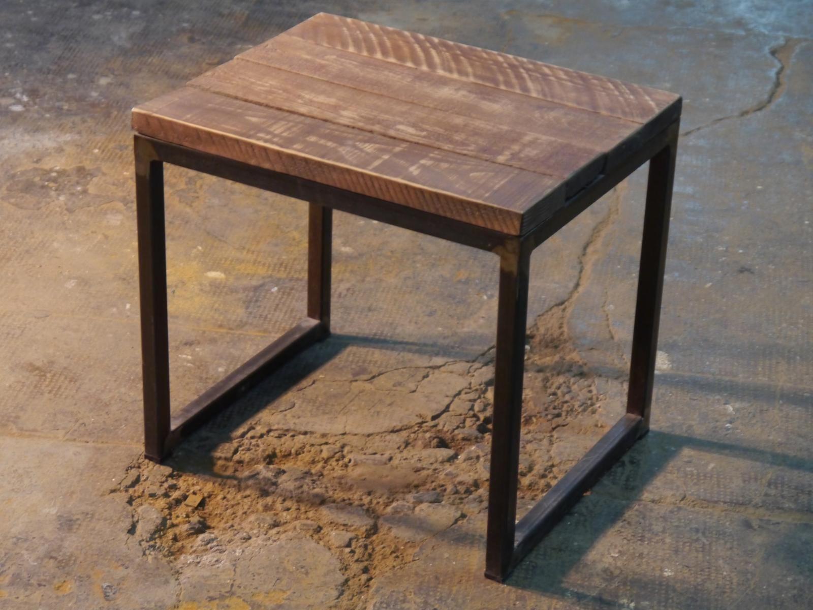 Banqueta de hierro y madera en u mesitas pr cticas for Banquetas de madera