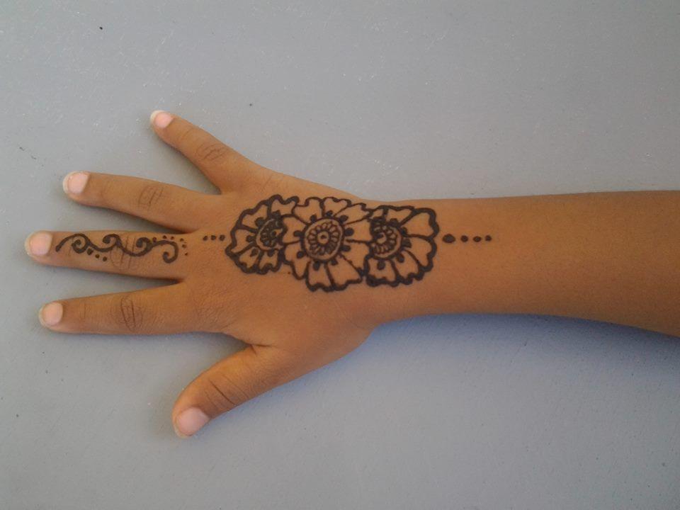 Petit tatouage sur la petite main de la fille d\u0027une amie