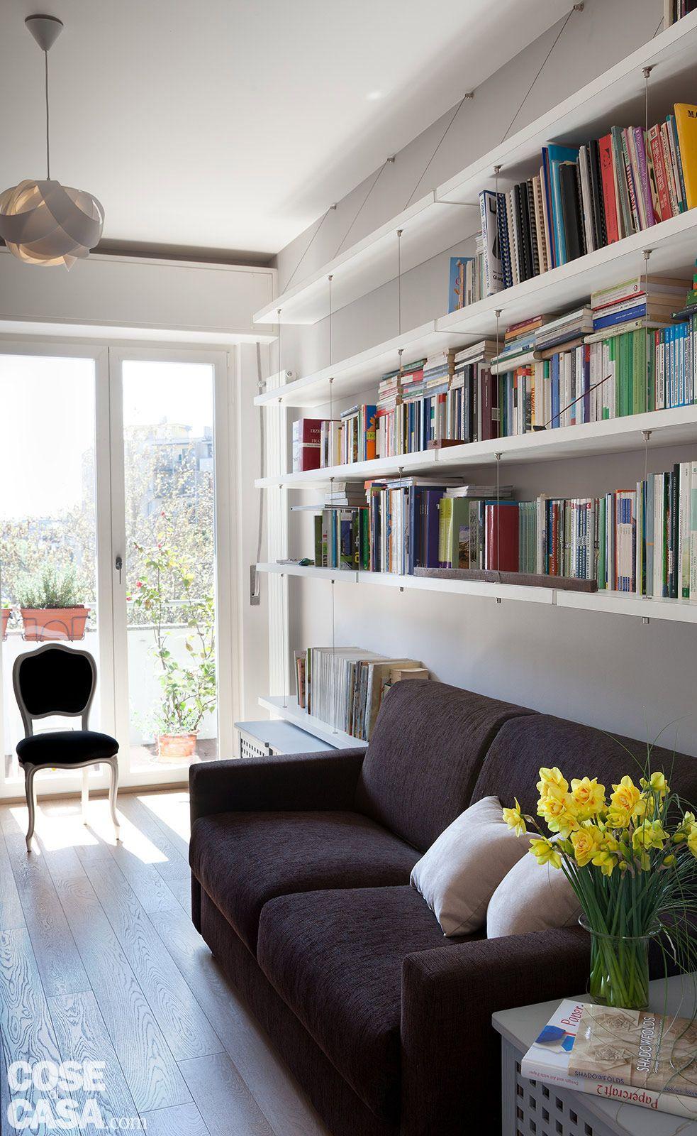 Ambienti contemporanei per una casa di taglio tradizionale for Parete attrezzata con divano