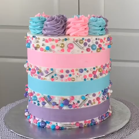 Oh these sweet stripes. Probably a forever favorite of mine! 💗 **yes every single sprinkle was placed by hand... but I'm a firm believer that sometimes... the best things in life take time! Credit: @lovliecakes