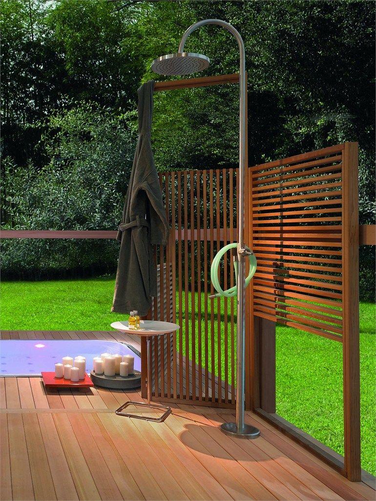 Modern gestalteter Garten mit Holzelementen als Sichtschutz