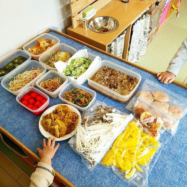 hekyomama2016.02.24 ・ ・ ちょっとぶりなpostです(^^) ・ 人生山あり谷あり谷あり。 ・ 七転び八起き。 ・ ・ ・ おからは毎日ちゃんと食べてます❤ 急に1.5キロがくんと落ちたのですがここ数日の暴食によって戻ってしまいました。笑 いわゆる停滞期を乗り越えきれなかった ・ ・ 本日は買い出し&#常備菜作り ・ ・ ☆厚揚げと根菜の煮物 ☆もずく酢 ☆白菜ときのこの煮浸し ☆もやしの和え物 ☆サラダ ☆塩きんぴら ☆うずら卵:半額食紅で染めます ☆豆苗炒め:豆苗、朝晩水を変えても1回しか栽培できないのは何故? ☆おやき:離乳食 ☆牛肉と玉ねぎの生姜煮:牛丼、卵とじ、うどんリメイクたくさん❤ ☆キャベツメンチカツ:春キャベツが安かった ☆きのこミックス ☆海老カツ風:海老、はんぺんをおからにつけて多目の油で焼く ☆パプリカ:見切り品 ・ ・ 並べた端から狙う我が家の小さい猛獣2匹くん。笑 ・  できたらパン作りとムースとヨーグルト仕込みます‼ ・ ・ 今朝、食パン2枚をぺろりと食べた娘さん。 よく食べるようになってきて母はびっくり!! ・ ・…