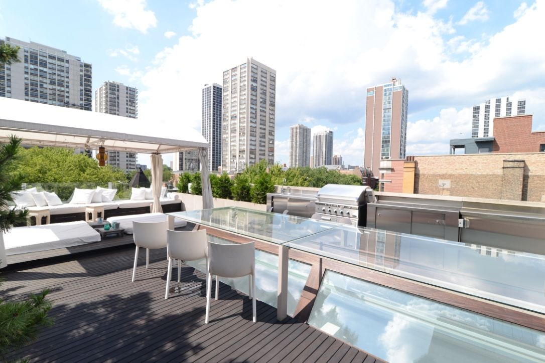 This Gold Goast Duplex Chicago Apartment With Balcony Is For The Gourmet Chef Amazing Chicago Kitc Chicago Apartment Townhouse Apartments Apartments For Rent