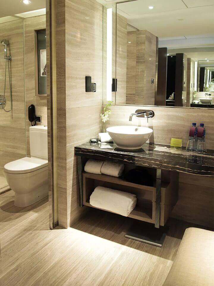 Ein Bad mit Holzmaserung Wänden und Oberflächen. Eine ...