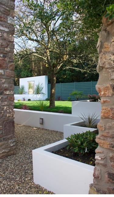 Plaster Low Wall Landscape Beds Crisp And Pretty Modern Landscaping Modern Landscape Design Concrete Garden