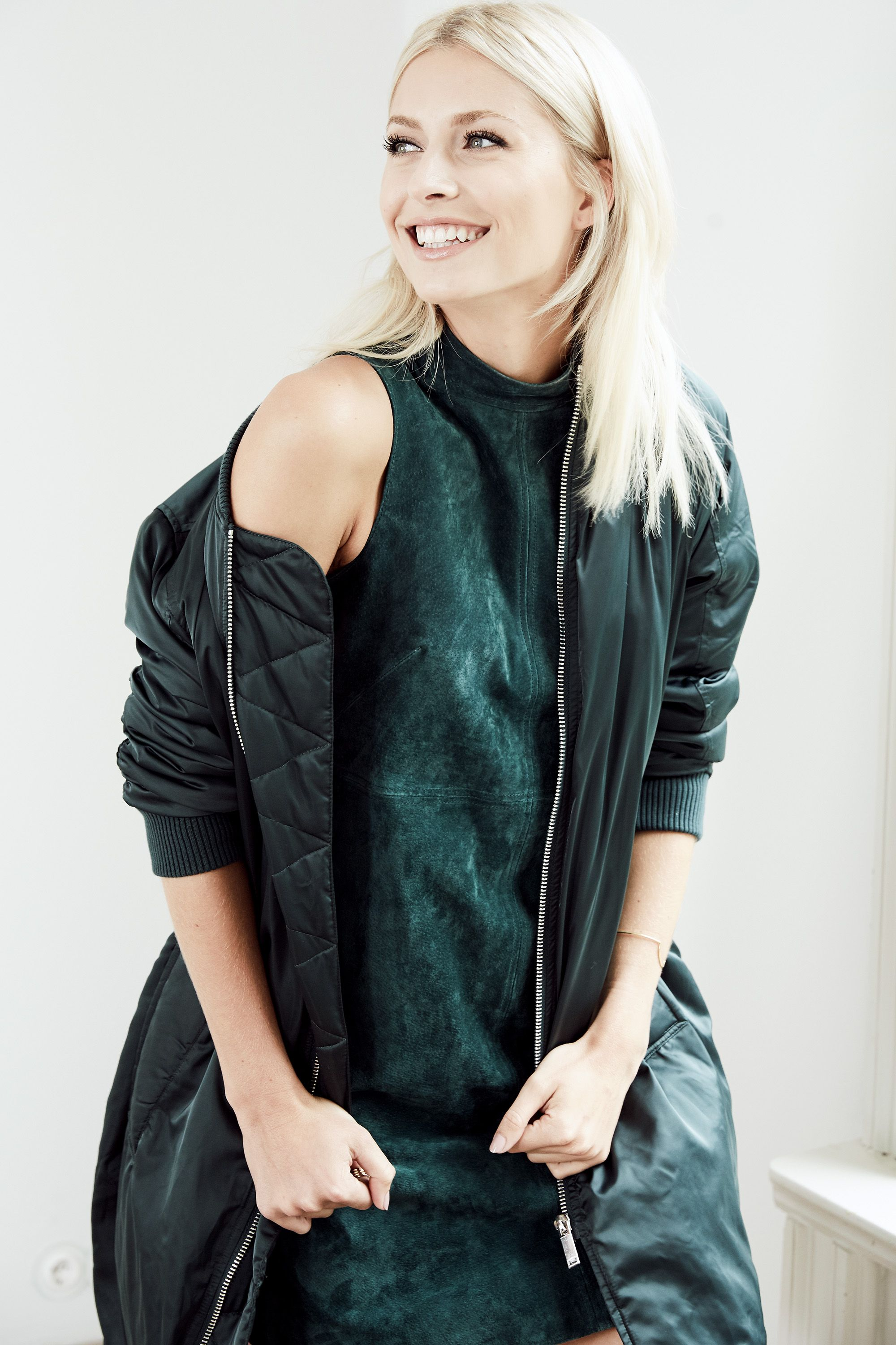das bezaubernde aboutyoude idol lena gercke im all green look mit langer bomberjacke und. Black Bedroom Furniture Sets. Home Design Ideas