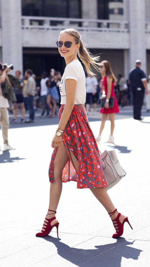 Camiseta con cuello circular estampada en blanco y negro, falda midi estampada roja, sandalias de tacón de ante rojas, bolso shopper de cuero blanco para mujer  – Moda
