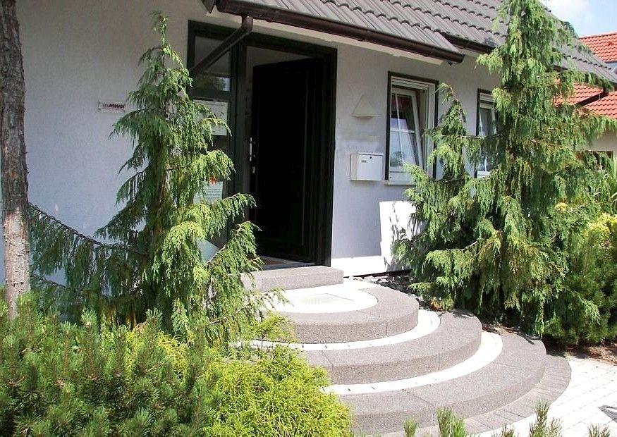 Eingangsbereich außen gestalten treppe  Hauseingang mit Treppe praktisch gestalten :-) Geländer, Podest ...