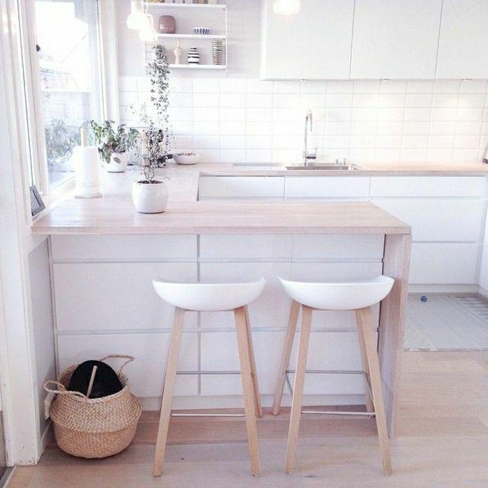 Cuisine blanche déco blanc chaise en bois clair cuisine en bois meuble de bar en bois