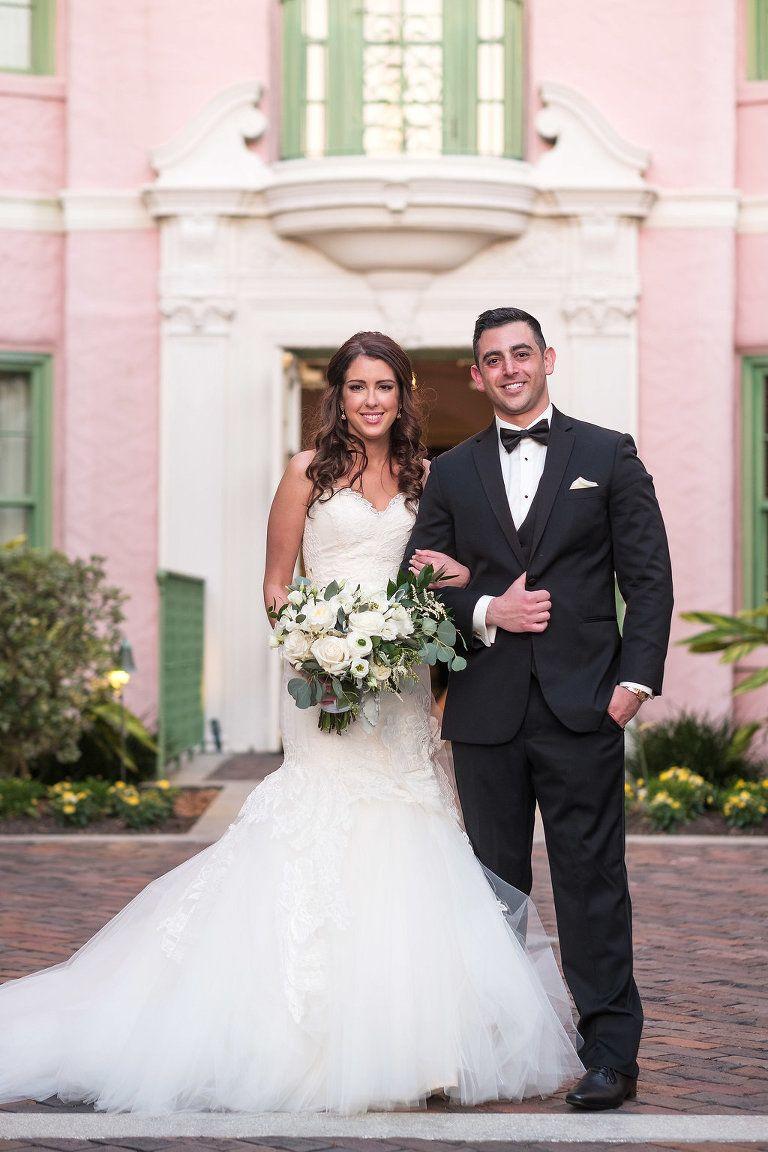 Außenansicht Hotel Courtyard Garden Wedding Portrait, Braut in ...