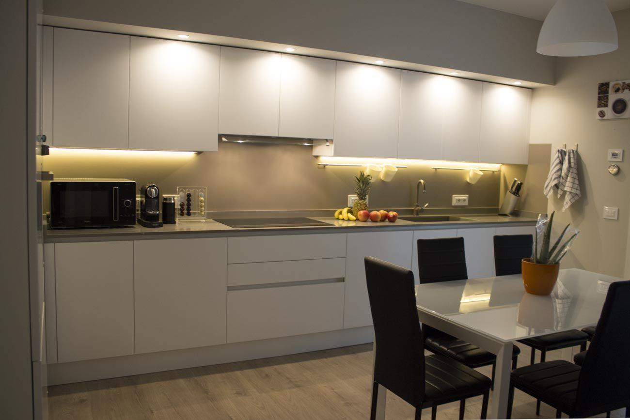 Cucina In Polimerico Finitura Bianco Lucido Con Top In Agglomerato
