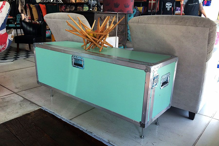 Rack by rvalentim. Feito em madeira e formica, tem uma tampa frontal, que pode servir de mesa quando aberta. Fazemos sob medida e outras cores. www.rvalentim.com