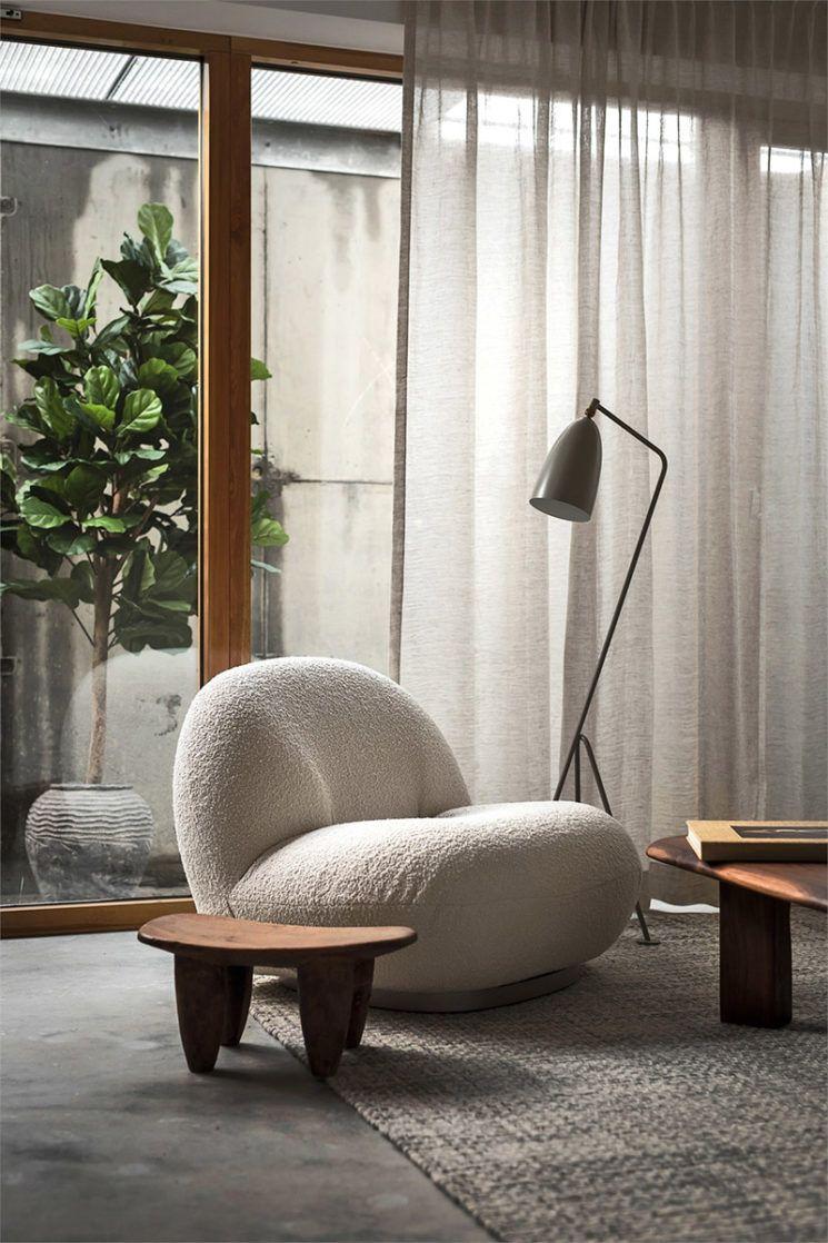 Palette De Tons Neutres Et Bois Fonce Pour Ce Projet A Stockholm Turbulences Deco En 2020 Salon Coin Deco Maison Architecte Interieur