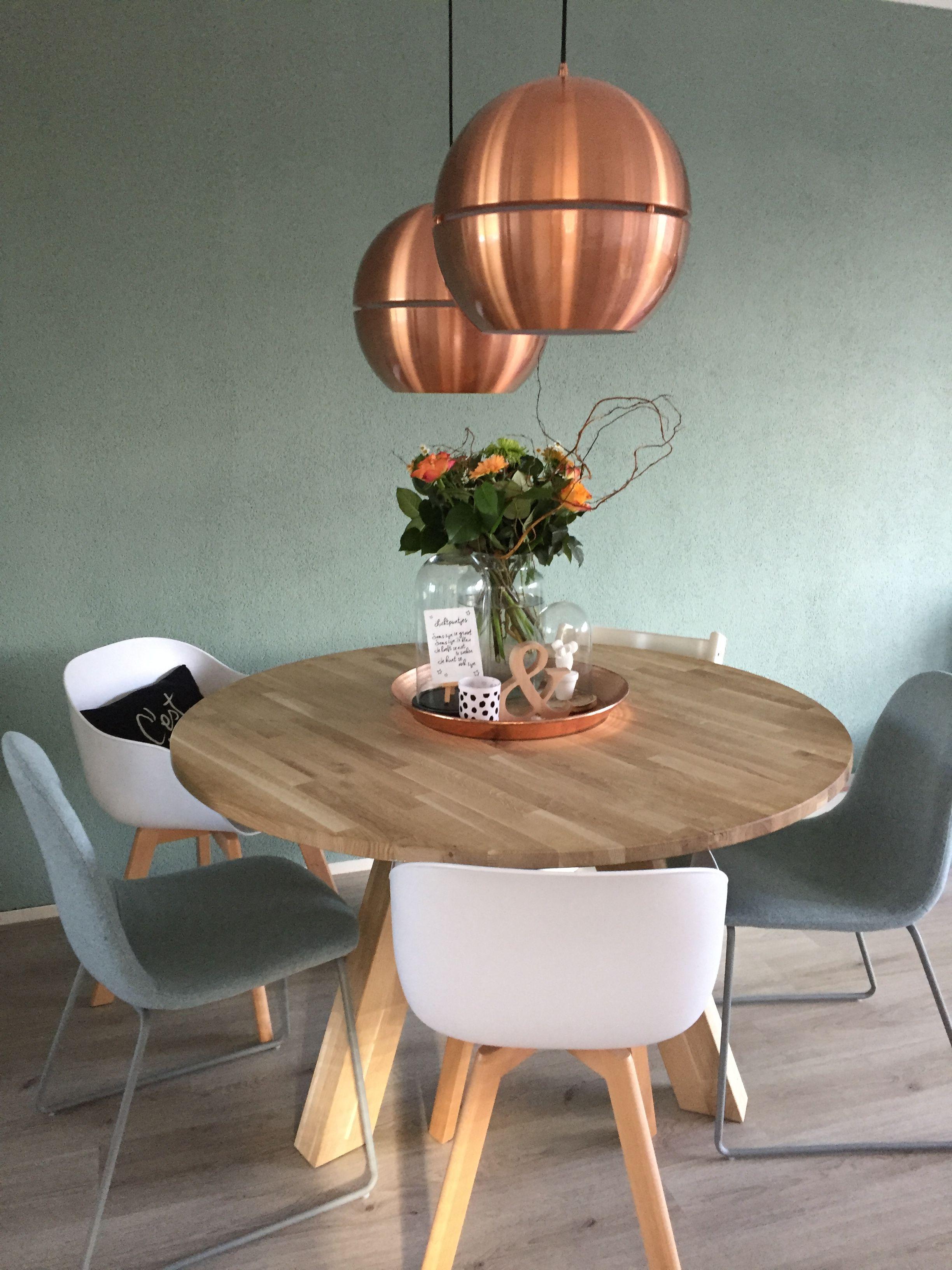 Zuiver Ronde Eettafel.Ronde Tafel Van Wood Met Koperen Koperen Lampen Van Zuiver Stoelen