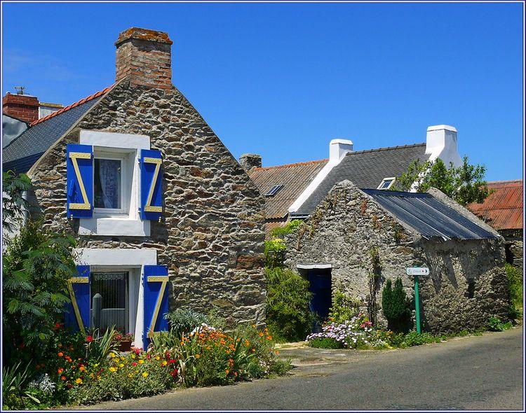 une jolie maison dans un village de belle ile en mer ouvertures en pignon r centes rustic. Black Bedroom Furniture Sets. Home Design Ideas