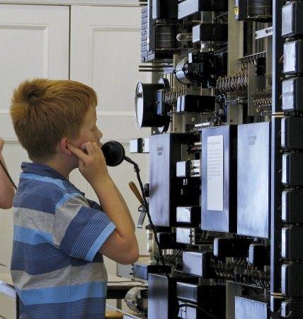 Bel elkaar en zie wat er gebeurt op een nog werkende telefooncentrale in Twents Techniekmuseum HEIM