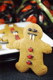 Who says gingerbread men are just for Christmas? Not these guys. These gingerbread men cookies have put on their vampire costumes f...