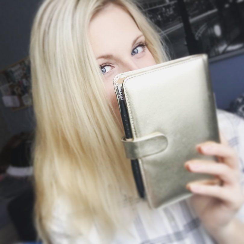 Heute mal ein Planer-Selfie einfach damit ihr (wenigstens halbwegs ) wisst wer hinter den Posts steckt  gar nicht so einfach sowas zu fotografieren  #Selfie #planner #plannerselfie #saffiano #filofax #filofaxing #filofaxdeutschland by plannerhype