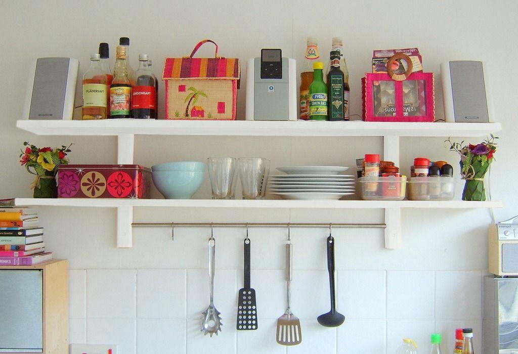 alacena estanteria de cocina con barral cromado ganchos
