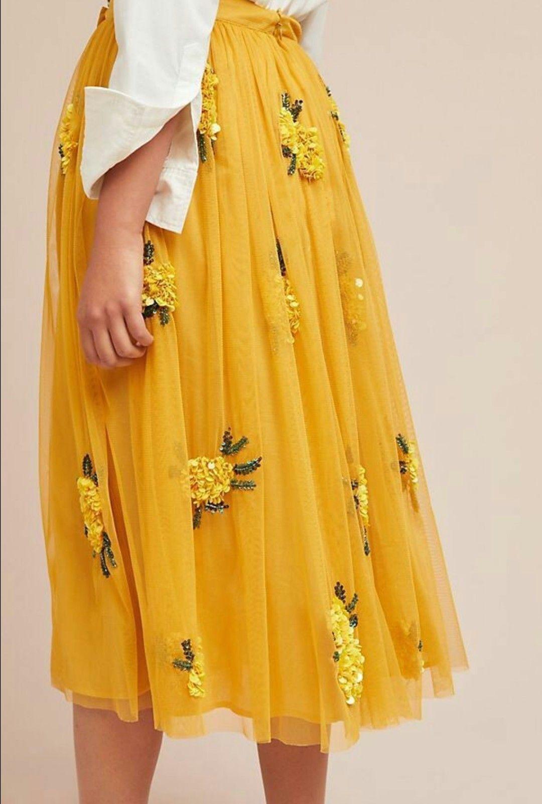 ♥ unglaublich zauberhaft! Gelber Tüllrock, bestickt mit ganz vielen gelben Blumen aus Perlen und Pailletten ♥ Ich bin schockverliebt! l #sticken #tüllrock #blumen #blumensticken #besticktertüllrock #tüllrockbesticken #embroidery #yellowaestheticvintage