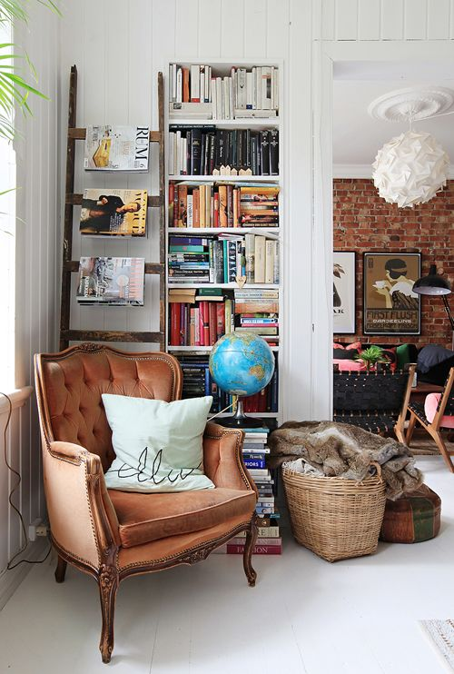 20 hogar eclectico casa eclectica estilo dta decoratualma // Cozy reading corner with built in bookshelves, magazine ladder, arm chair and basket with throw