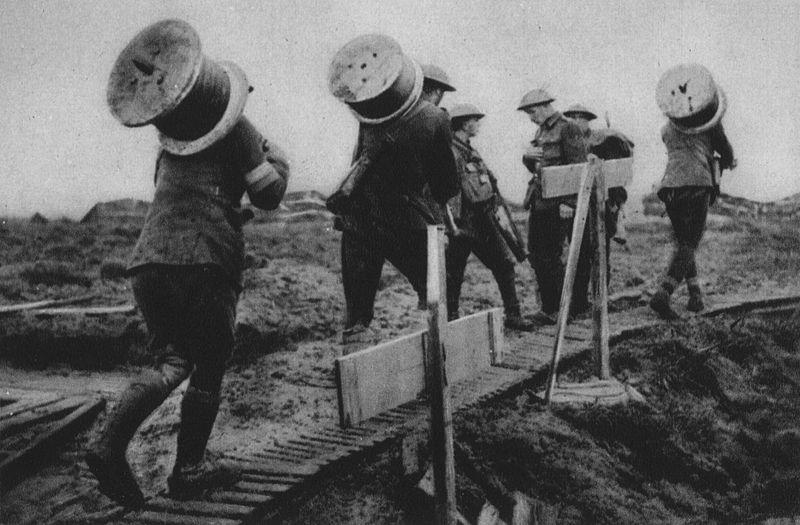 File:Material für Telephonleitungen, die vom Schützengraben zu den Befehlsstellen führen, wird nach vorne gebracht.jpg