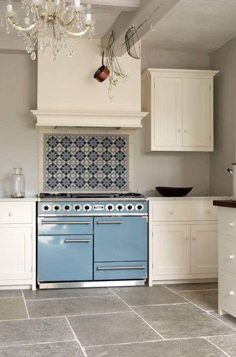 Une Jolie Cuisine Tout En Blanc Avec Une Falcon PKR Deluxe - Cuisiniere falcon pour idees de deco de cuisine